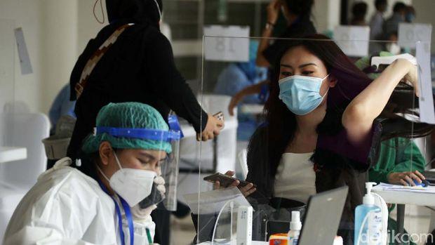 Program vaksinasi COVID-19 bagi tenaga kesehatan masih terus berjalan. Pemprov DKI Jakarta gelar vaksinasi massal di Istora Senayan, Jakarta.