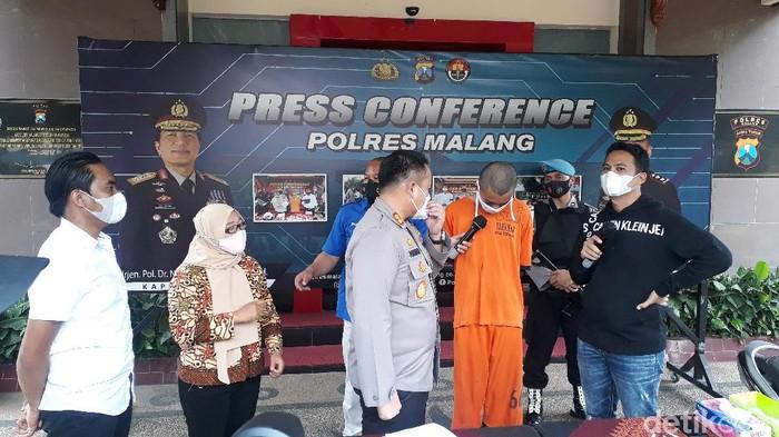 Siswa SMA di Kota Malang, RPR (16), menjual teman perempuannya ke lelaki hidung belang. Ada dua teman yang ditawarkan, salah satunya siswi berusia 15 tahun.