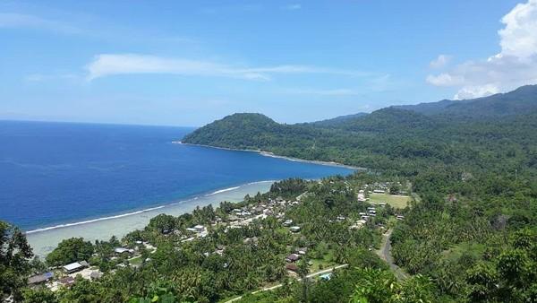 Kalau ini penampakan cantik Pantai Wutung dari ketinggian. Selain kuliner, traveler juga dapat membeli souvenir khas Papua Nugini berupa kaos, kain pantai, topi, gantungan kunci dan bilum. (Hari Suroto/Istimewa)