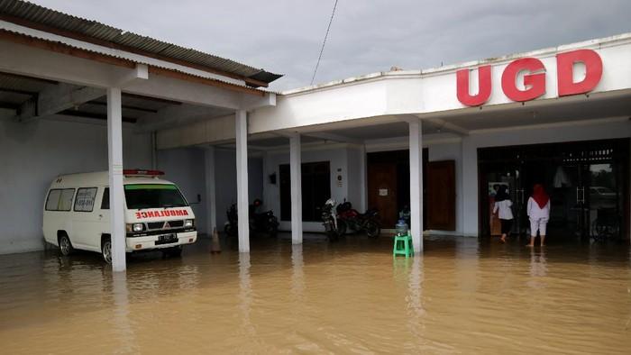 Banjir melanda kawasan Jombang, Jawa Timur. Akibatnya klinik hingga rumah makan di sana terendam banjir. Berikut potretnya.