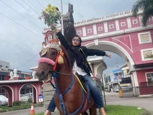 Viral Mahasiswi Ini Diarak Naik Kuda Usai Sidang Skripsi, Bikin Ngakak