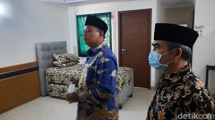 Wagub Jabar Uu tinjau kesiapan tempat isolasi pasien COVID-19 Asrama Haji Bekasi