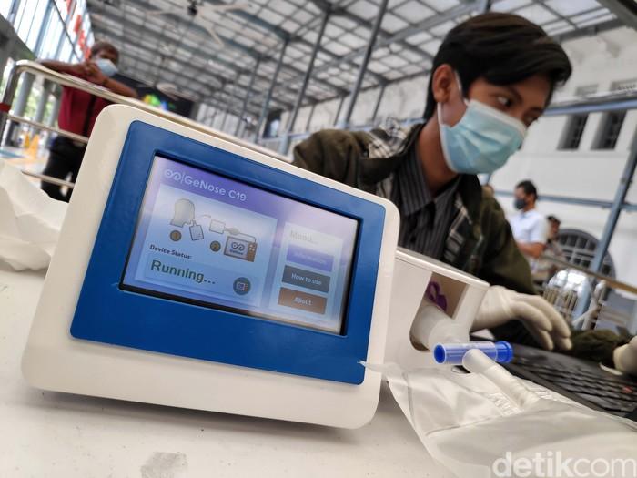 PT KAI (Persero) melakukan uji coba penggunakan GeNose untuk mendeteksi COVID-19 di Stasiun Senen, Jakarta. Calon penumpang tampak antusias.