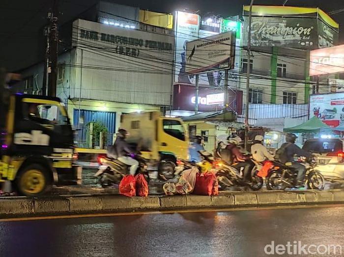 Warga harap masalah sampah di tengah Jl Dewi Sartika  Ciputat ini mendapatkan solusi dari Pemkot Tangsel. Pemandangan 4 Februari 2021. (Taufieq Renaldi Arfiansyah/detikcom)