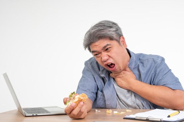 5 Cara Menolong Orang Tersedak Makanan