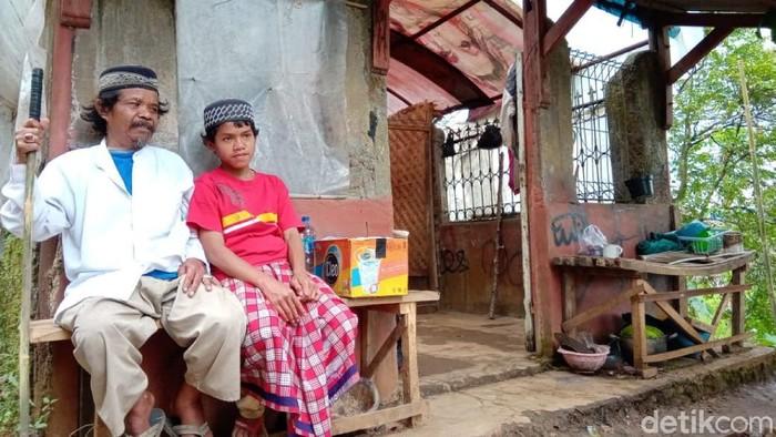Ayah dan anak di Cianjur ini tinggal di pos jaga pemakaman