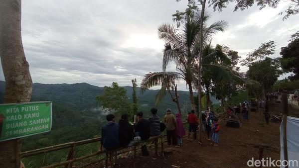 Di Bukit Panenjoan pengunjung bisa menikmati panorama alam pegunungan atau perbukitan yang hijau dan asri. Udara sejuk dan kicau burung liar seakan melengkapi suasana indah di Bukit Panenjoan.