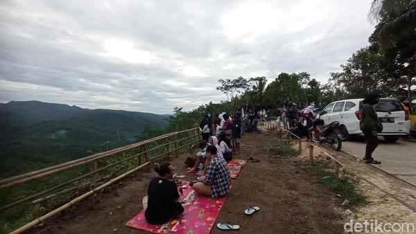 Dengan akses jalan yang mulus dan dapat dilalui kendaraan roda dua maupun empat, tidak heran jika wisatawan ramai menyerbu Bukit Panenjoan. Di sini mereka bisa piknik bersama teman atau keluarga.
