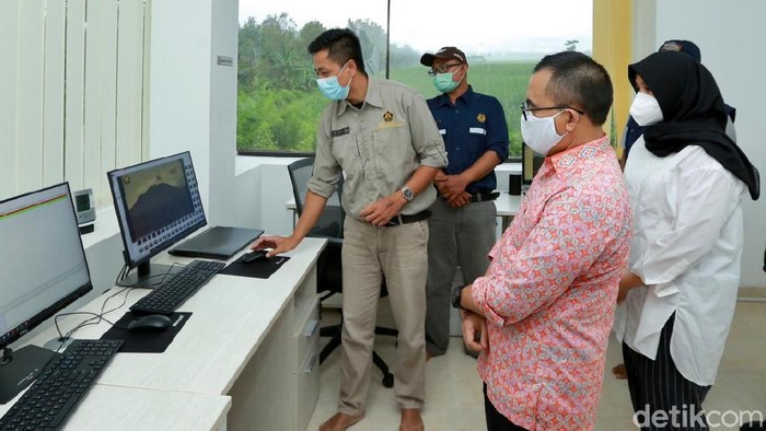 Bupati Banyuwangi Abdullah Azwar Anas mendatangi Pos Pengamatan Gunung Api (PPGA) Raung di Desa Sumberarum, Kecamatan Songgon. Anas meminta masyarakat tetap tenang dan waspada terhadap erupsi Gunung Raung.
