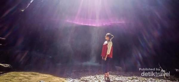 Percikan air terjun dipadukan dengan Flare Matahari adalah paket komplit  jika anda mengabadikan foto di air terjun Oehala