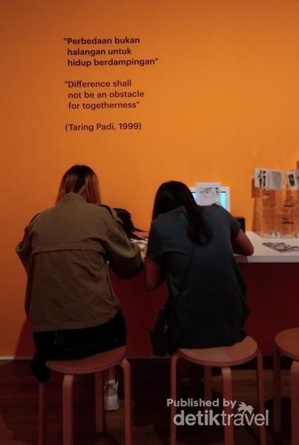 Menikmati perupa yang menampilkan seninya di ruang publik dari proyektor.