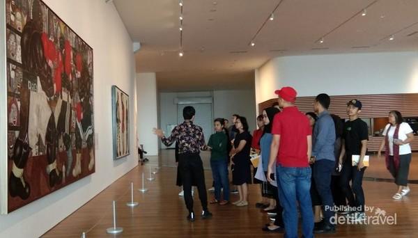 Zipper zone karya Mella Jaarsma, karya interaktif mengundang pengunjung untuk membuka kumpulan zipper di dinding.