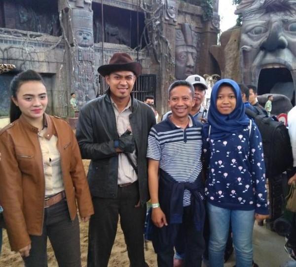 Foto bareng aktor dan aktris di tempat show Temple of Teror