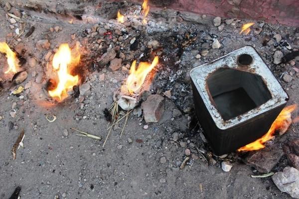 Ada yang memanfaatkan Api Abadi untuk merebus air dengan menggunakan kaleng.