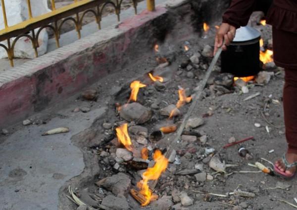 Wisatawan dapat membeli jagung mentah untuk dibakar di Api Abadi. Boleh dicoba lho!