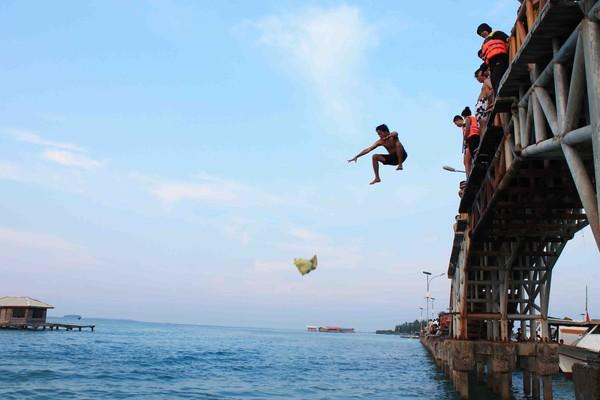 Lompat dari jembatan Cinta