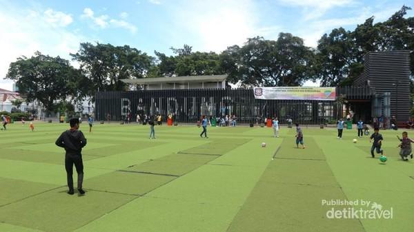 Banyak pengunjung datang untuk bermain bersama di taman alun-alun ini
