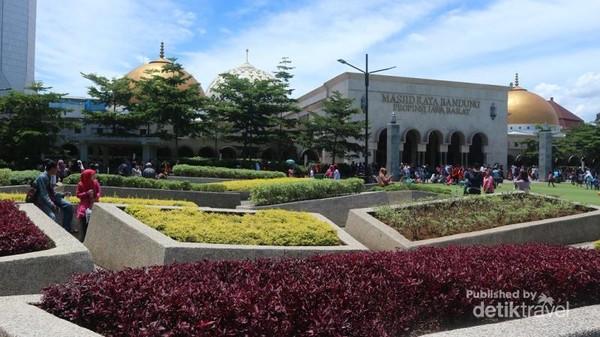Terdapat taman-taman yang menarik di taman alun-alun ini