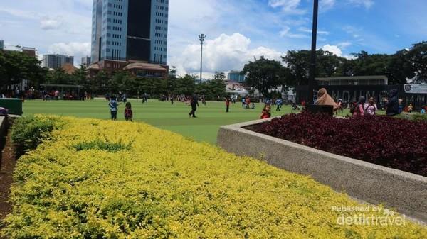 Taman yang cantik semakin menyegarkan suasana di kawasan ini.