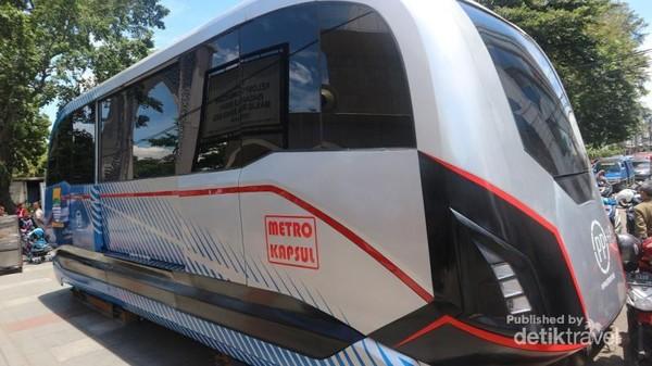 Di taman alun-alun ini traveler bisa menjumpai prototype metro kapsul yang akan segera meluncur di kota Bandung
