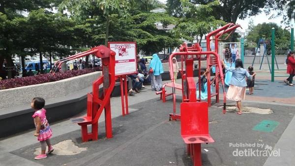 Ada juga berbagai alat fitness dan permainan anak yang bisa dinikmati pengunjung secara gratis.