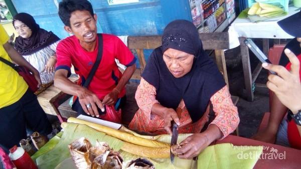 Nah ini ketan bakar, satu potong bambu seharga Rp.60.000 di pelabuhan Rum, Tidore