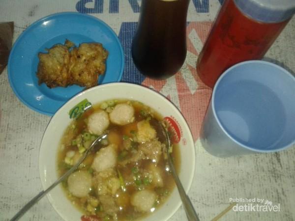 Uniknya Bakso di Ternate adalah ada bakwannya. Biasanya disajikan bersama kerupuk kulit pangsit. Nah di sini baksonya pakai bakwan. Harga seporsi bakso di depan Taman Nukila dekat Alun-Alun KotaTernate Rp.15.000