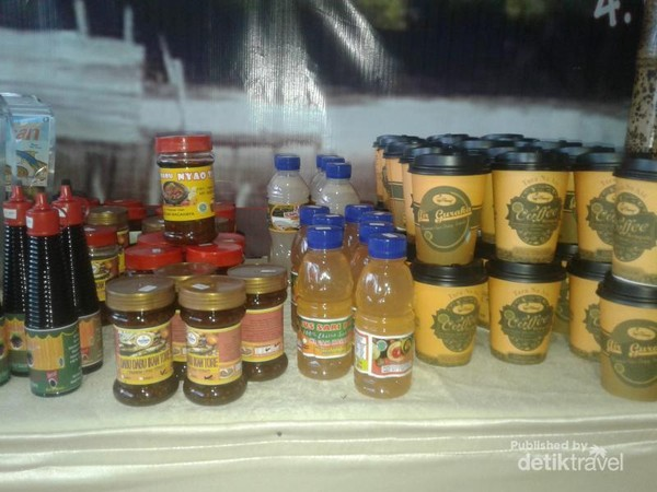 Oleh-oleh khas Maluku Utara yaitu, sambal tuna, kecap ikan, sari buah pala dan kopi rempah-rempah