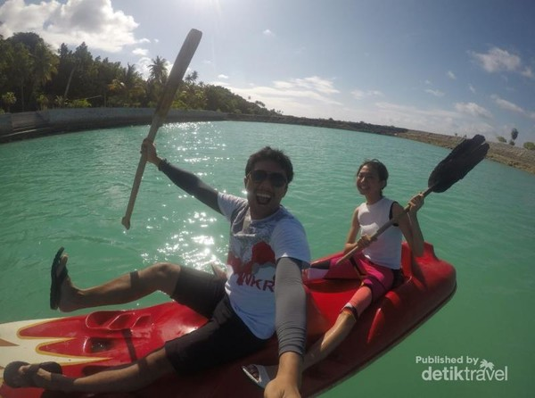 Main kano di dermaga Patuno Resort. Resort juga menyediakan fasilitas seperti kano dan sampan. Seru banget, Lama gak main Kano, Saya sampe lupa kalau yang mengatur jalannya kapal itu dibelakang, kasihan si Euodia harus mengayuh lebih kuat, hahaha.