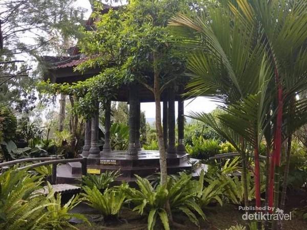 Teduhnya taman di Vihara Dharma Giri.