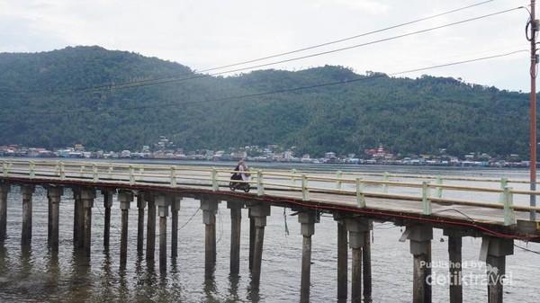 Jembatan Panjang diatas laut menuju lokasi batu Tumpak3