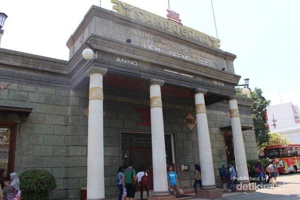 House of Sampoerna terletak di Jalan Sampoerna kota Surabaya. Gedung ini memiliki arsitektur kolonial Belanda yang apik.