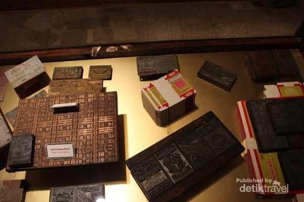 Bungkus rokok Djo Sam Soe yang legendaris dahulu kala dibuat menggunakan plat cetak kuno.