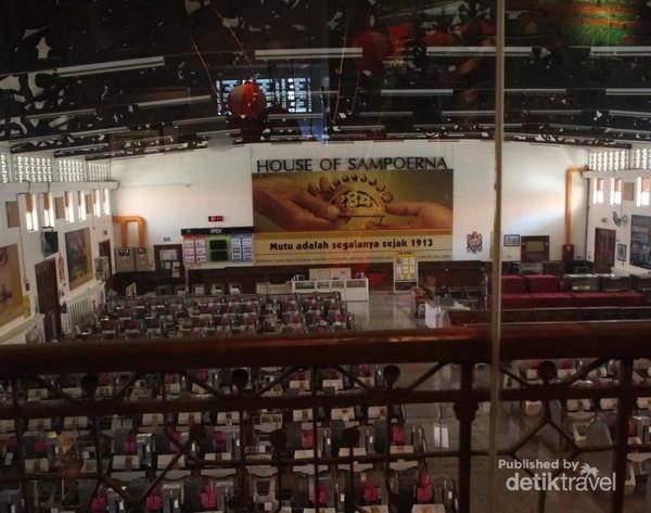 Dari lantai atas kita bisa melihat ruang produksi rokok linting tangan. Hingga sekarang ruang produksi ini masih aktif digunakan.