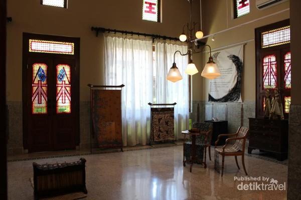 Di tempat tinggal pendiri Sampoerna ini banyak terdapat koleksi unik mulai dari benda artistik, patung dan kain tradisional.