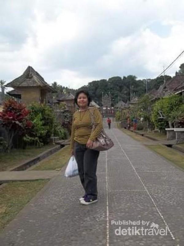 Berfoto di jalanan desa.