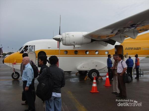 Pesawat Air Fast yang membawa para tamu, pegawai dari KPC ke Balikpapan. Karena penumpang terbatas, maka sebelum naik, para penumpang harus menimbang badan untuk penentuan posisi tempat duduk agar seimbang antara kiri dan kanan, sehingga tidak oleng