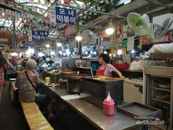 Jajaran pedagang makanan tradisional di pasar Gwanjang.