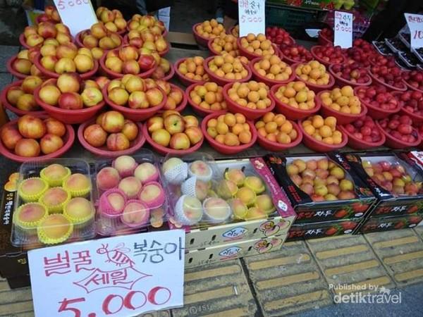 Aneka buah yang ditawarkan di pasar Gwanjang.
