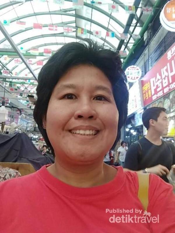 Mengabadikan moment di pasar Gwanjang di Seoul.