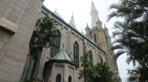 Bagian samping gereja Katedral