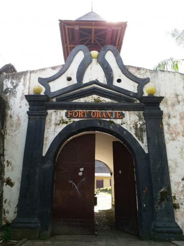 Benteng ini terletak di pusat kota Ternate sehingga mudah dijangkau