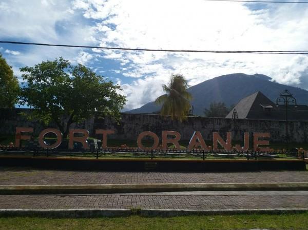 Benteng Oranje awalnya merupakan bekas benteng yang dibangun oleh bangsa Portugis dan dihuni oleh Bangsa Melayu