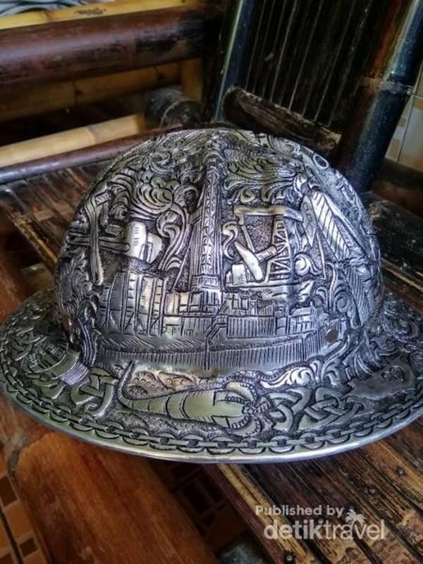 Helm ukir logam buatan pengrajin ukir logam di Kotagede