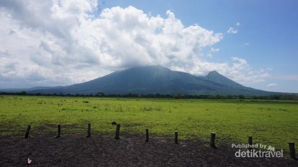 Gunung baluran terlihat dari jauh