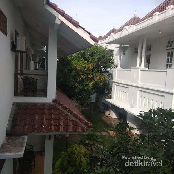 1 rumah resort terdiri dari 2 lantai dan 2 kamar besar disertai ruang tamu dan balkon di masing-masing lantai.