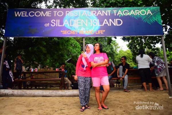 Selain mengunjungi Bunaken, peserta open trip juga diajak ke pulau lain yaitu Pulau Siladen.