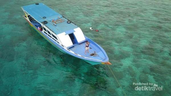 Kapal yang digunakan untuk open trip cukup besar dan dilengkapi dengan toilet sederhana.
