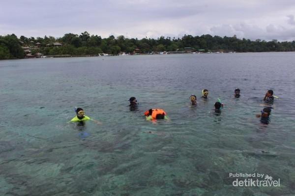 Peserta trip di titik snorkeling dengan didampingi pemandu.