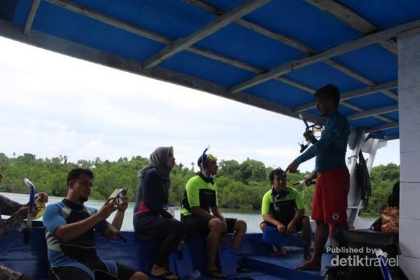 Pemandu tengah memberi pengarahan kepada peserta sebelum peserta trip turun ke laut.